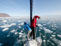 Marzenka i Grzesiek odpychają kry lodu